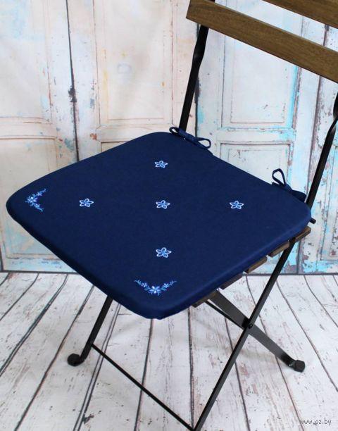 """Подушка на стул """"Незабудка"""" (38х38 см; тёмно-синяя) — фото, картинка"""